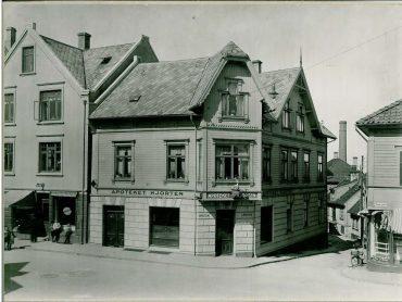 Pedersgata nr. 018 Apoteket Hjorten og folk